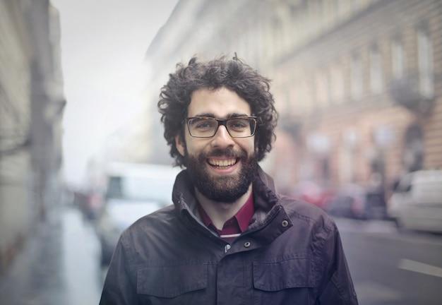 Heureux mec barbu dans la rue