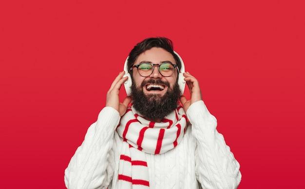 Heureux mec barbu rire et profiter de la bonne musique