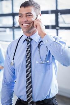 Heureux médecin au téléphone à l'hôpital