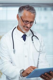 Heureux médecin écrit sur un presse-papiers à la maison