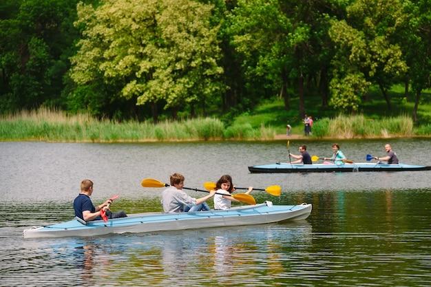 Heureux meilleurs amis s'amusant sur un kayak