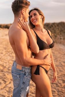 Heureux moment de couple romantique