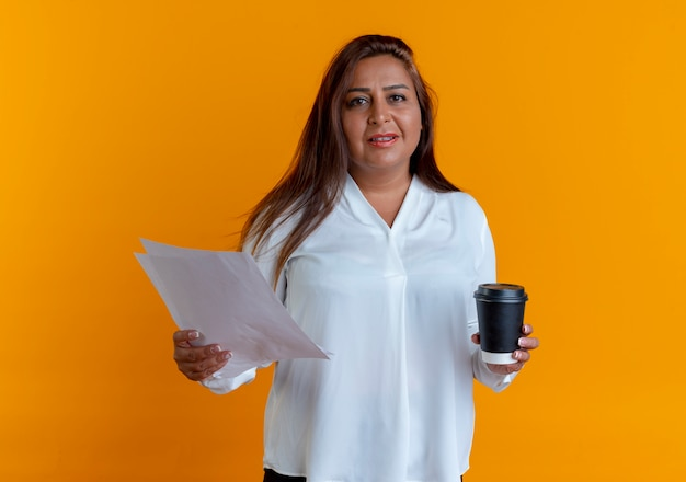 Heureux occasionnel caucasien femme d'âge moyen tenant du papier et une tasse de café