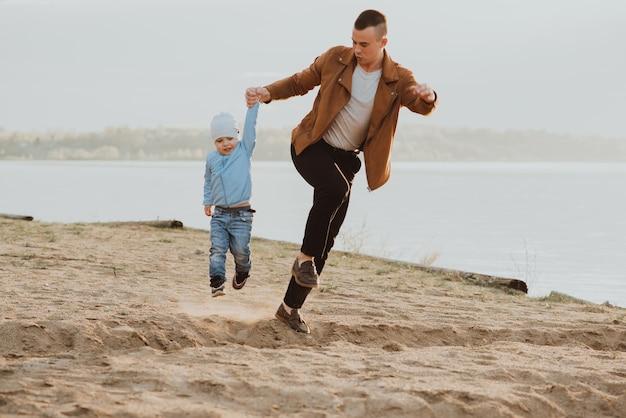 Heureux papa et fils jouant sur une plage