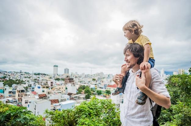 Heureux papa et fils de touristes dans la pagode longson