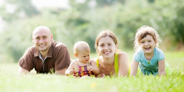 Heureux parents avec deux enfants en été