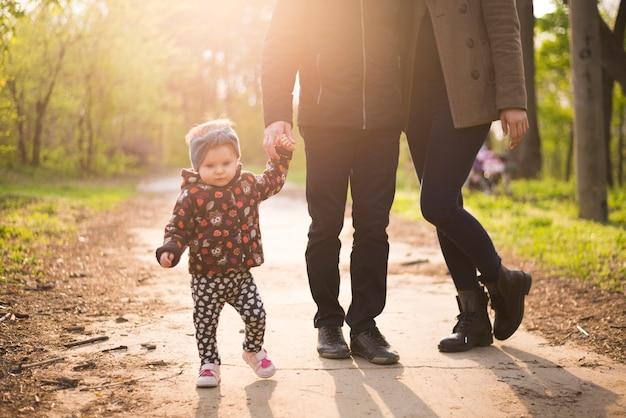 Heureux parents avec enfant dans la nature