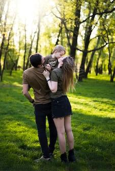 Heureux parents avec enfants dans la nature