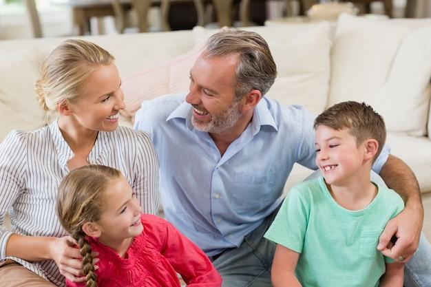 Heureux parents et enfants s'amusant dans le salon