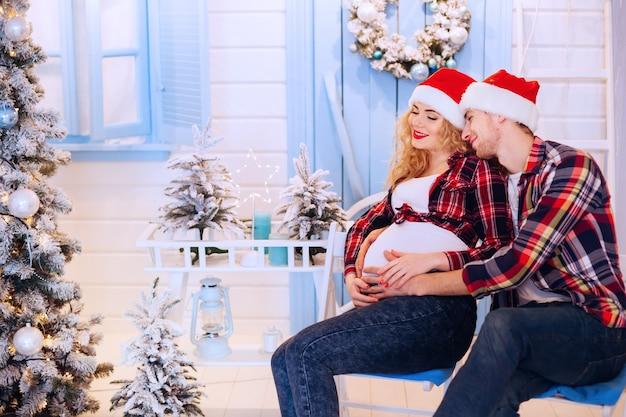 Heureux parents en prévision des vacances du nouvel an