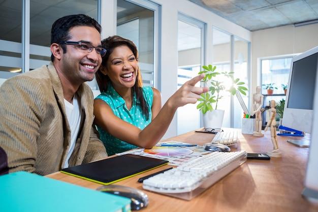 Heureux partenaires rire ensemble