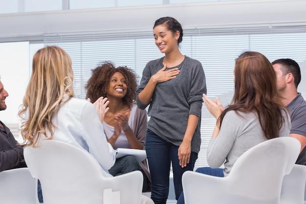 Heureux patient a une percée dans la thérapie de groupe