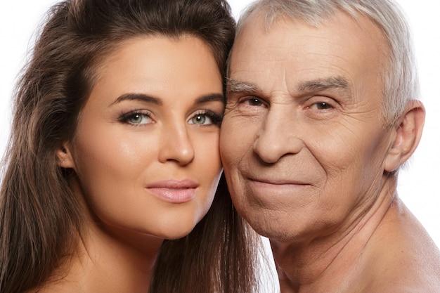 Heureux père âgé et sa belle fille