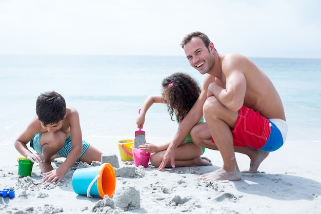 Heureux père avec des enfants à la plage