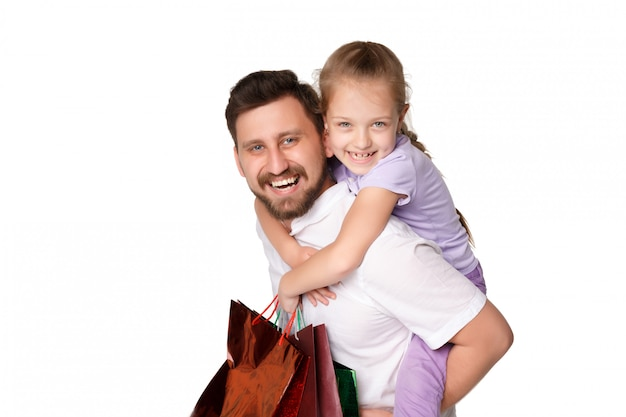 Heureux père et fille avec des sacs à provisions debout