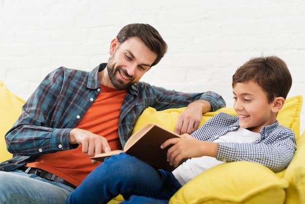 Heureux père et fils lisant