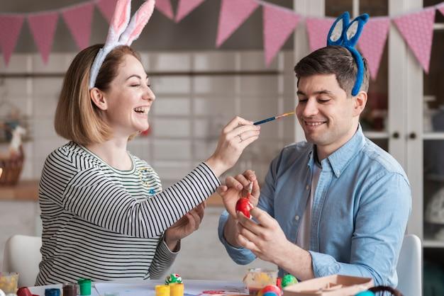 Heureux père peinture mère pour pâques
