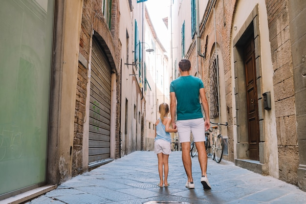 Heureux père et petite fille adorable à rome pendant les vacances italiennes d'été