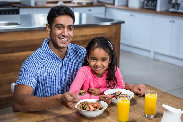 Heureux père prenant son petit déjeuner avec sa fille