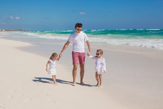 Heureux père et ses adorables petites filles par une journée ensoleillée