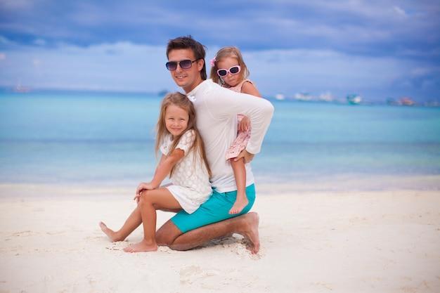 Heureux père et ses adorables petites filles s'amusent par une journée ensoleillée