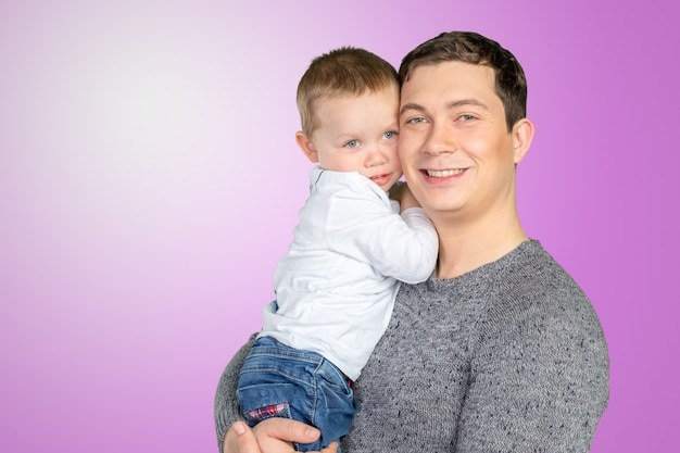 Heureux père tenant son petit fils