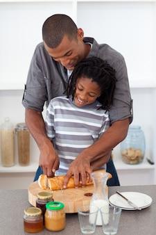 Heureux père trancher le pain avec son fils