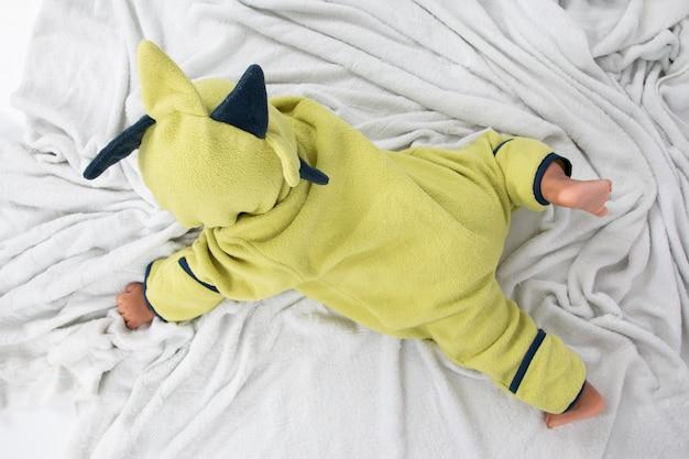 Heureux petit bébé garçon couché sur une couverture douce et sourire
