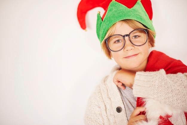 Heureux petit elfe avec sac de cadeaux de noël