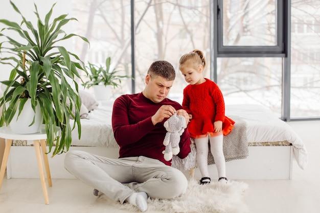 Heureux petit enfant fille appréciant un moment doux avec papa