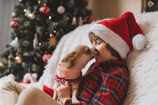 Heureux petit garçon et chien à noël