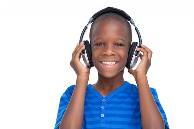 Heureux petit garçon en écoutant de la musique