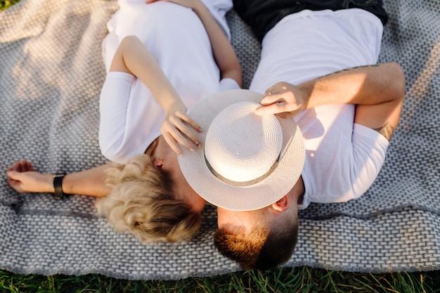 Heureux portrait de couple d'amoureux lors d'une promenade dans le parc par une journée ensoleillée.