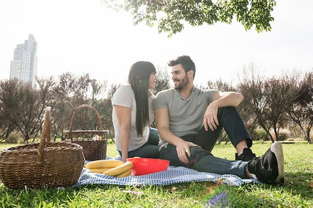 Heureux portrait de jeune couple profitant du pique-nique