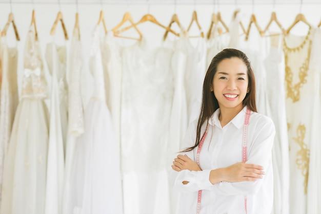 Heureux propriétaire d'un magasin de robe de mariage réussie