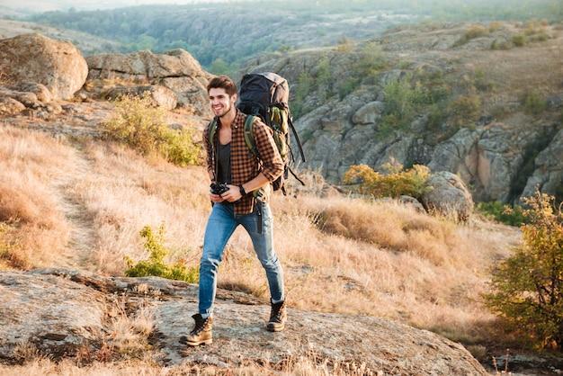 Heureux randonneur homme marchant dans la vallée