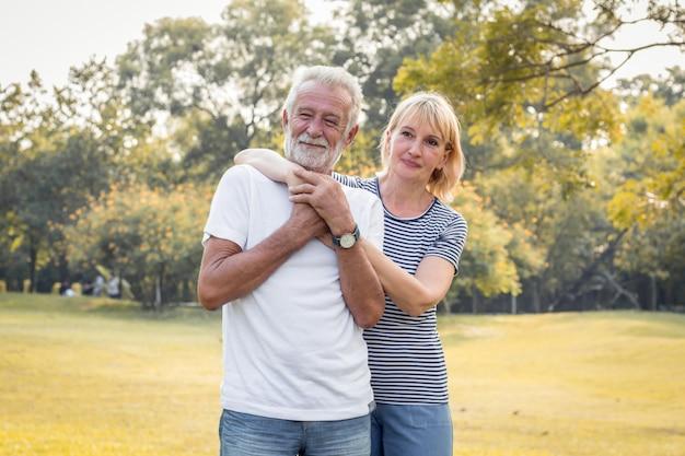 Heureux sourire de couple de personnes âgées dans un parc en vacances.