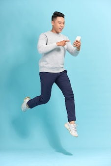 Heureux, sourire, jeune homme, sauter