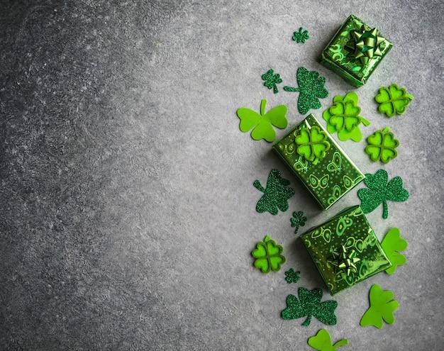 Heureux st. le jour de patrick. carte avec trèfle porte-bonheur. symbole du festival irlandais. concept chanceux. contexte de la saint-patrick avec cadeau. copiez l'espace.