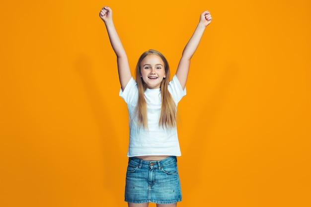 Heureux succès adolescente célébrant être un gagnant
