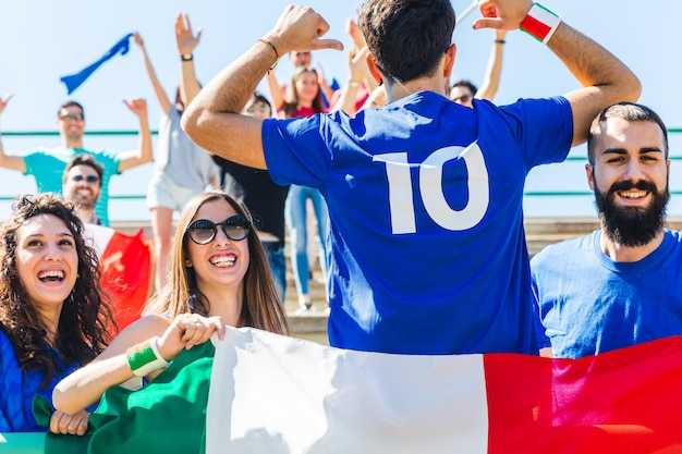 Heureux supporters italiens au stade pour le match