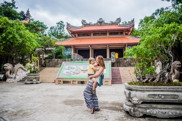 Heureux touristes maman et fils dans la pagode longson