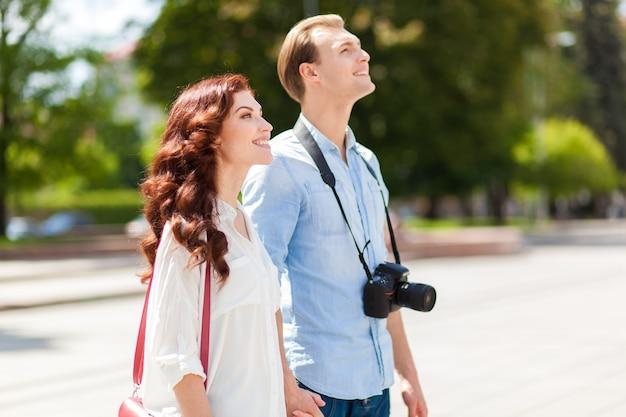 Heureux touristes visitant la ville avec carte