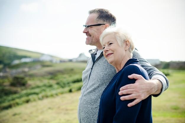 Heureux vieux couple debout ensemble