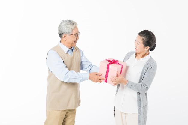 Heureux vieux couples avec coffrets cadeaux