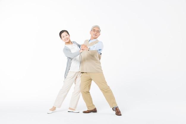 Heureux vieux couples danse isoler