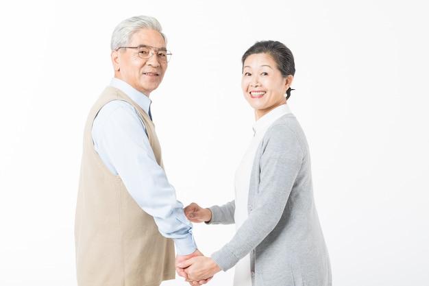 Heureux vieux couples marchant main dans la main