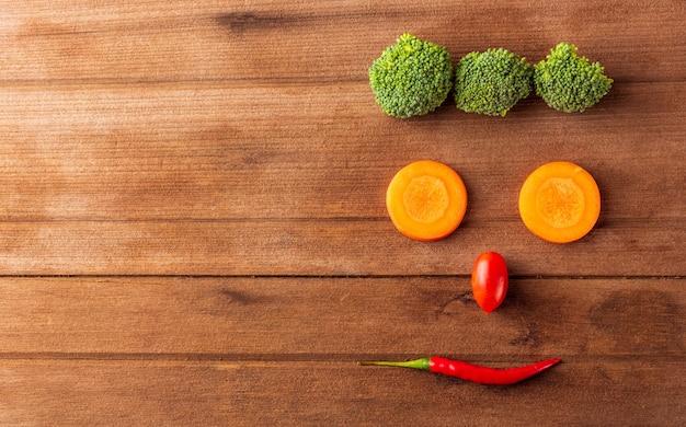 Heureux visage de fruits et légumes bio frais souriant