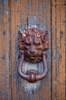 Heurtoir de porte ancien en forme de lion italien