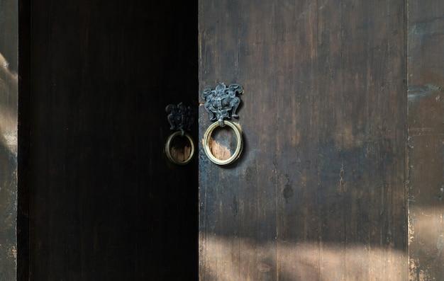 Heurtoir de porte antique en forme de tête de lion.
